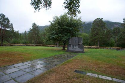 Югославское кладбище, Ботн, Северная Норвегия и с право от Мемориала место захоронения Харченко А.Я, Героя ВОВ и моего Деда!