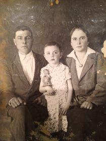 Мирошкин Александр Тимофеевич с женой Евдокией и дочерью Аней