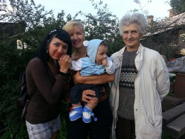 на фото дочь Петра Людмила, внучка Лидия , правнучка Лена и правнук Боря