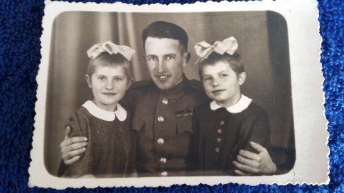 предп.1945. с дочерьми Элей и Линой