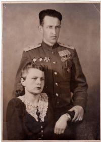 С женой Верой Арсентьевной. С первого и до последнего дня она была Веруся, он Петенька.