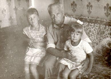 С внучками (слева - я), примерно 1986 г.