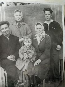Семья Тороповых (две дочери Анна, Александра и сын Иван )