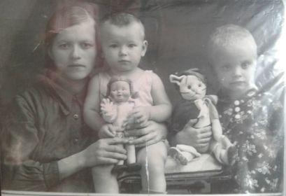 Полина-жена, дочери -Анастасия, Валентина, Галина