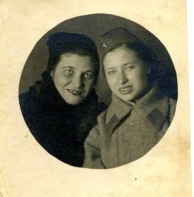 1941 год.Моя бабушка со своей мамой после присяги в развед.школе.