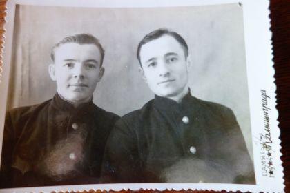Мой дедушка справа.