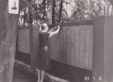 Спас-Деменск,  Тамара Павловна  на братской могиле брата Павла, находит его имя среди многочисленных надписей.