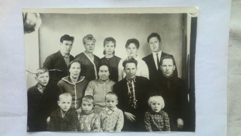 Семья Падар .Освальд Макарович сидит во втором ряду 4й (слева-направо)