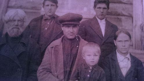 На фото семья моего деда- с отцом, женой и старшим сыном (моим отцом г.рожд. 1935)