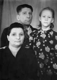 Иван Иванович с Анастасией Семеновной и крестницей Надеждой Мальковской ( дочерью соседей по коммунальной квартире )