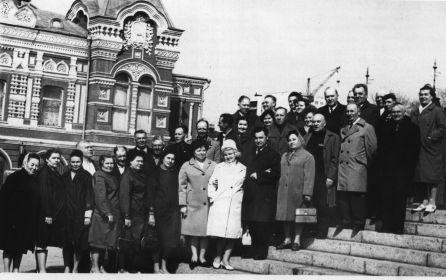 Встреча ветеранов 4-ой (10) саперной бригады в г. Куйбышеве. на пл. им. Чапаева 10 мая 1971 г.