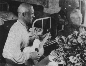 Малыгин В.А с гитарой. Победители возвращаются домой 1945 г.