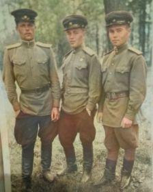 с друзьями в 1945г.
