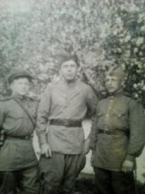 На фото слева направо: Титов Николай Николаевич, Муравьев Алексей, Изотов Анатолий Николаевич. 26 мая 1944 год, Западная Украина