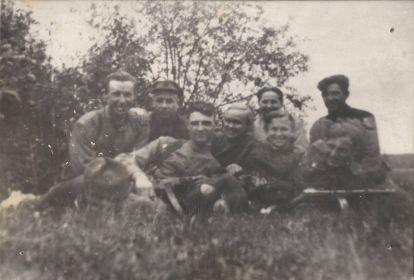 Миша Петров (друг, Герой Советского Союза посмертно) на фото они присели слева рядом