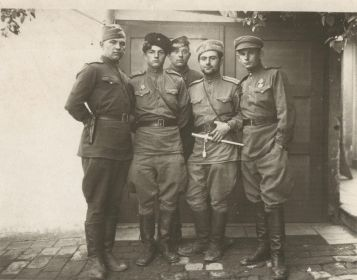 Ст. Лейтенант Познахирко, н.ш.; лейтенант Матышкин, ком. бат.т.