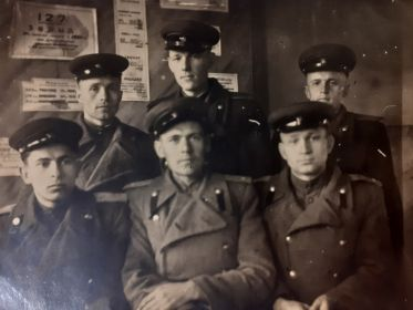 Офицеры арт. дивизиона. Сизов В.С. сидящий крайний справа. Остальные мне неизвестны.1947год.