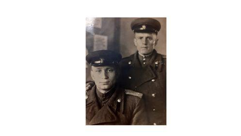 """Сизов В.С. (сидит слева), стоящий справа написал на обороте фотографии:  """"Вспомни, как лярву гоняли""""""""."""
