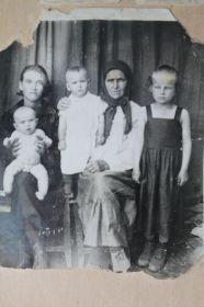 Мать с родственницей и детьми..