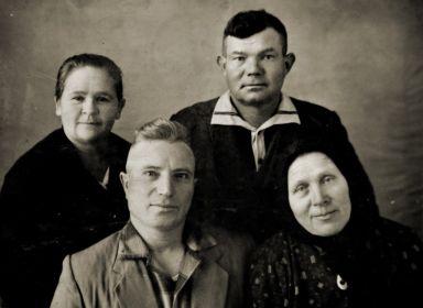 На втором плане сын Николай с женой Марией, на переднем плане муж дочери Ошувалов Е. со второй женой Сергея Антоновича Нюсей