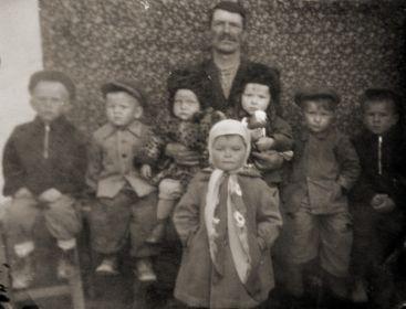 Сергей Антонович со своими детьми и внуками