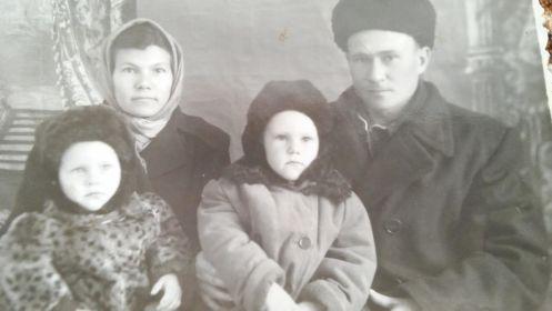 Дочь Валентина с мужем Василием и сыновьями Сашей и Вовой Габовым