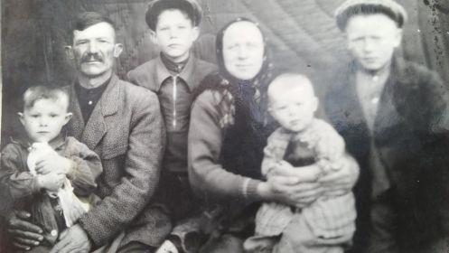 Сергей Антонович с сыном Сашей, его жена Нюся с сыном Васей, между ними  сын Сергея Антоновича - Гена, рядом с Нюсей ее сын Коля