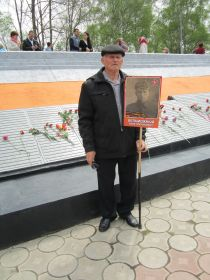 Сын Виктор у мемориала памяти в г. Артеме