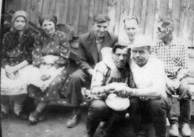 Ефрасиния Григорьевна Дергунова(Русанова) 19.09.1898 г.р.(первая слева) и Русанов Павел Григорьевич 1918 г.р.(в белой шляпе).