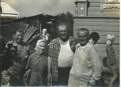 На дальнем плане в белом платочке Дельнова Ефросинья Андреевна, мама