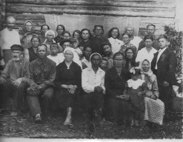Отец Дельнов Илья Андреевич сидит слева(с бородой)