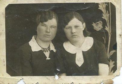 Слева сестра Дельнова Шура