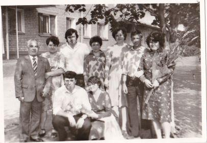 Муж Иван Васильевич(слева) с родственниками