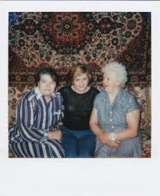 Могилкина ВМ (справа) с родственниками