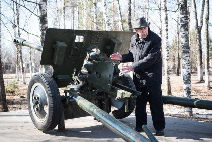 Василий Гаврилович у памятника противотанковой пушке