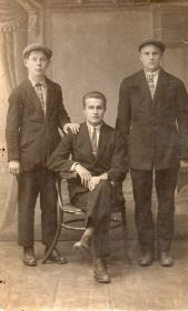 Братья Федоровы: слева стоит Павел, сидит Иван, справа стоит Василий