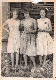 Младшая дочь Зина в юности(справа)