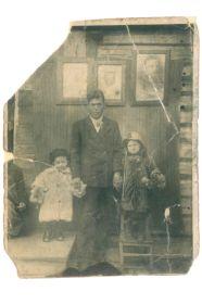 Прадедушка с бабушкой Екатериной (слева) и Александрой