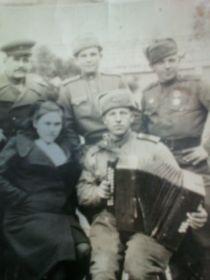 дедушка в верхнем втором ряду с медалью где-то в Корее