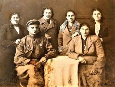 Слева от него Антарам Парнаковна Варельджан- сестра двоюродная