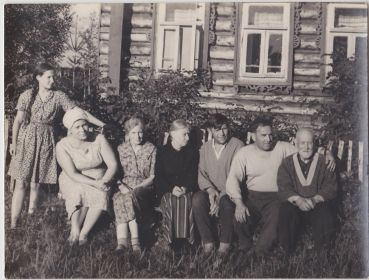 В гостях на родине жены, Александр Давыдович сидит второй справа