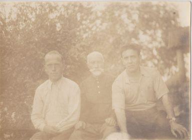 В гостях на родине жена, Александр Давыдович сидит справа