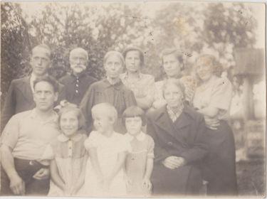 В гостях на родине жены, Александр Давыдович сидит слева