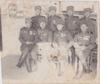 Военное фото Журавлева БИ с товарищами, сидит первый слева