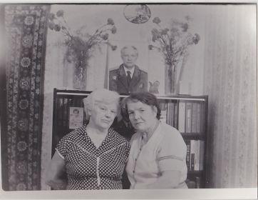 Валентина Максимовна слева, Анна Ивановна справа