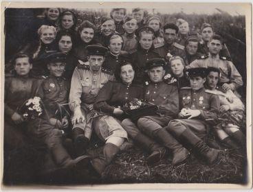 Фото без подписи, Валя слева вверху с русой косой