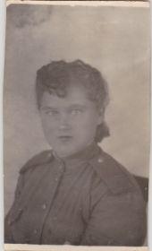 На память любимой подруге Вале от Юли. Вспоминай совместную службу и жизнь в армии. 5.10.1944г