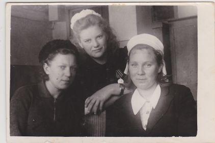 """Валя посредине, на ее груди видна медаль """"За победу над Германией в Великой Отечественной войне 1941-1945гг"""""""