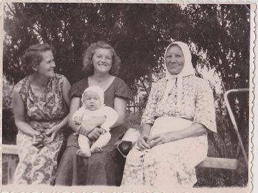 Валя с дочкой и родственниками