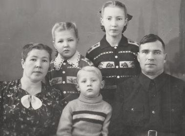 Нина Никитенко (Омельченко) После войны с мужем Михаилом Никитенко и детьми Верой, Тамарой и Юрием. г. Канск